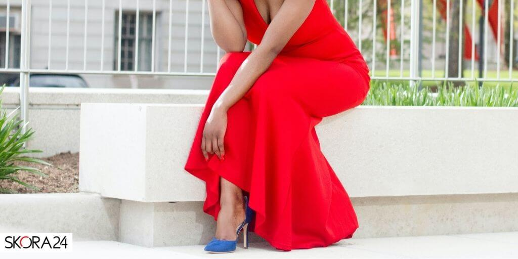 czerwona-sukienka-niebieskie-buty